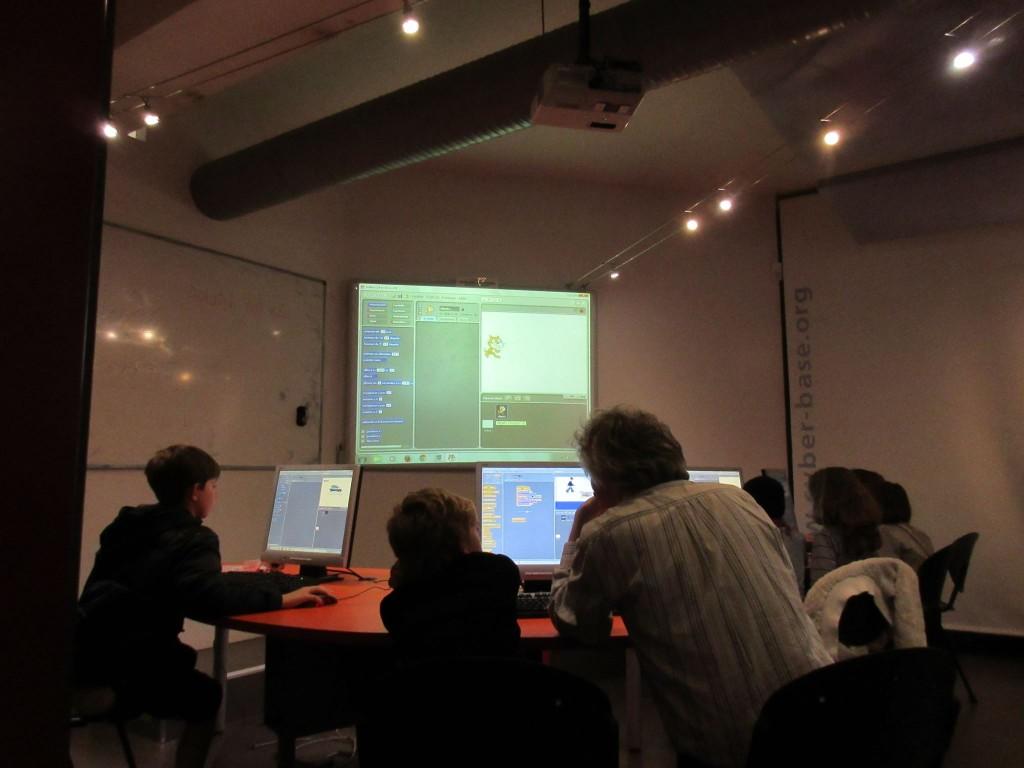 Après le cours  d'informatique déconnectée  donné par  trois professeurs de l'université de Poitiers,Thierry Pasquier, chargé de la communication et des projets de logiciels libres au Lieu Multiple de Poitiers  encadre les enfants dans leur découverte du logiciel Scratch qui initie  au codage informatique.