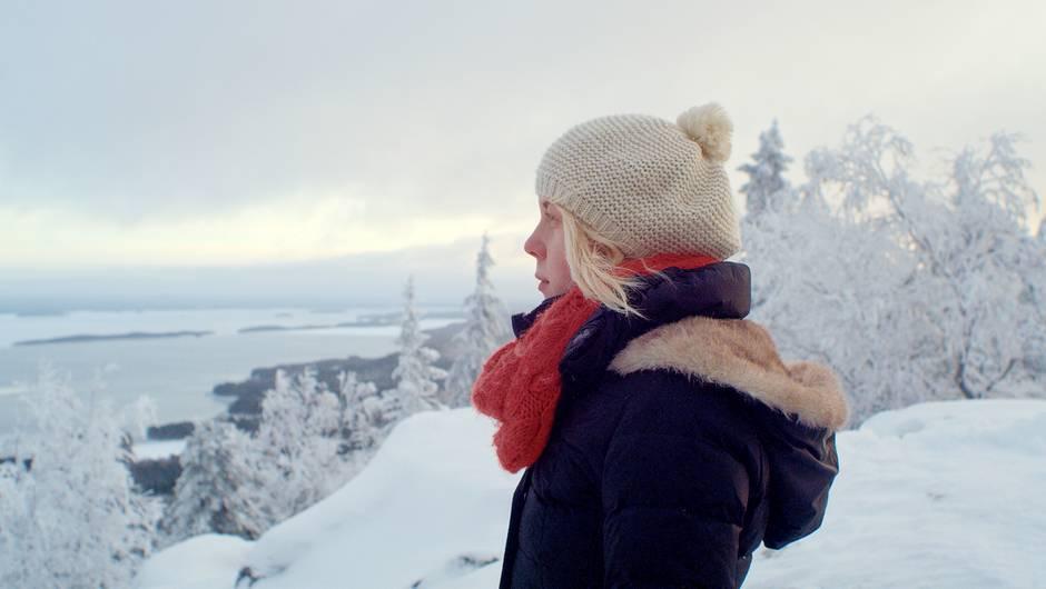 Elli en pleine réflexion dans une foret finlandaise  enneigée