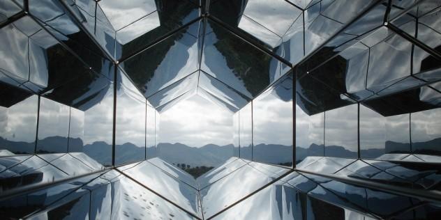 Miroir reflétant un paysage de montagne