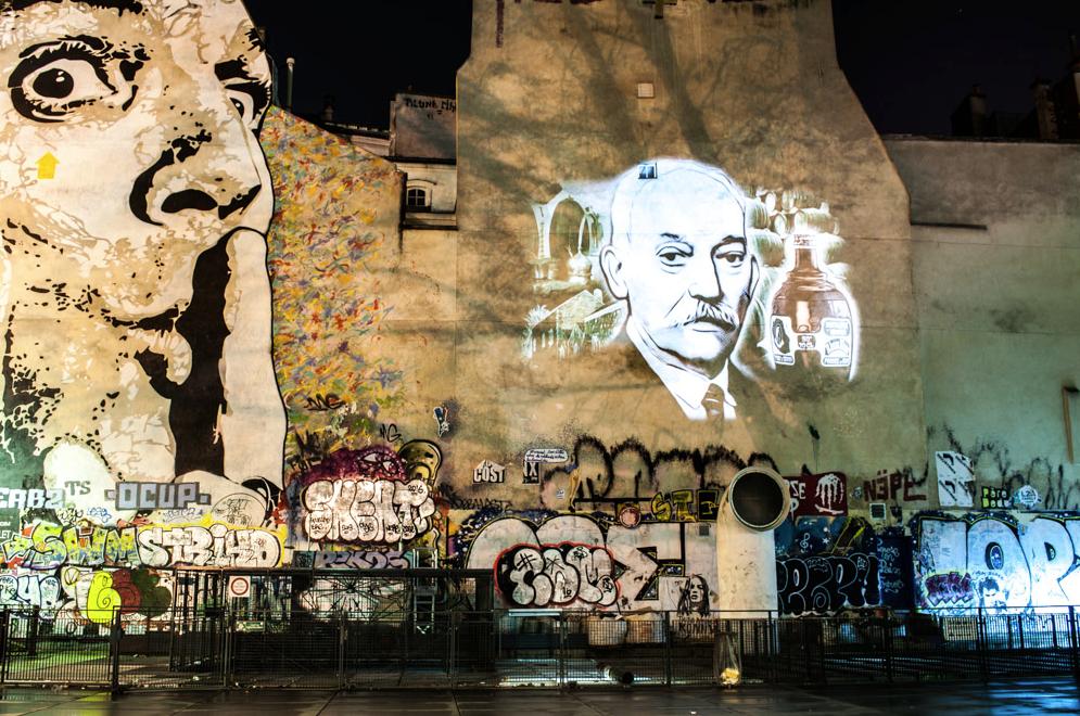 Portrait du fondateur de la maison, Paul-Alfred Isautier, projeté dans Paris, par l'artiste ©Julien Nonnon